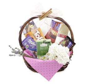 кошница с цветя и лакомства